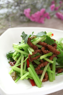 Sliced beef with wild green peppers
